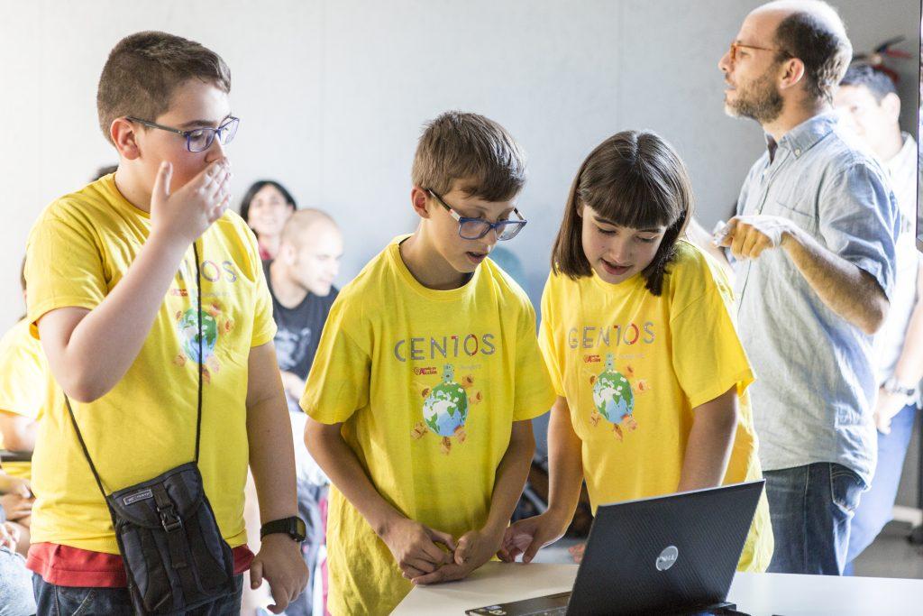 Niños y niña participando en el programa Gen10s