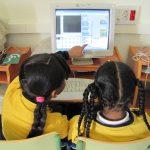 Niñas de Gen10s mirando el ordenador